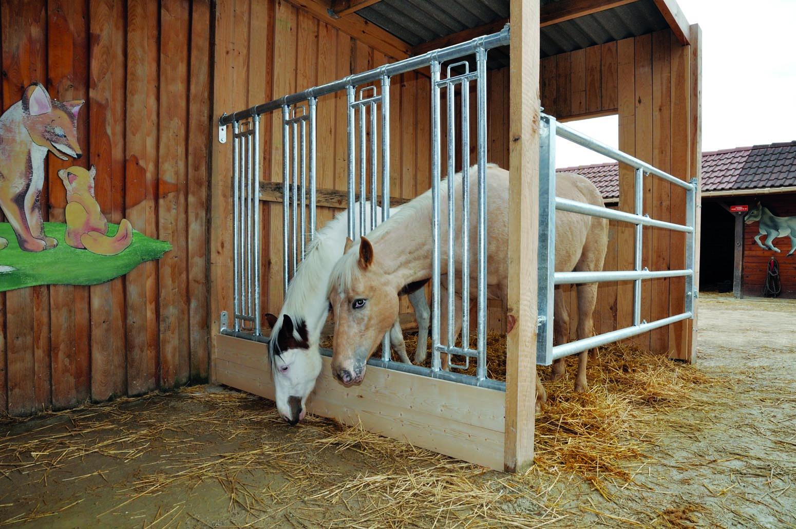 För hästen, grindar, foderfront, häck och tråg